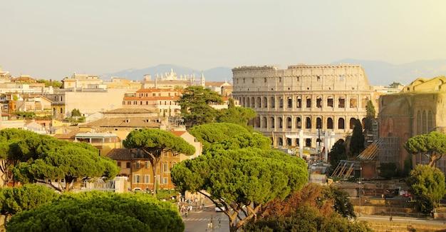 Koloseum i forum romanum to słynne cele podróży we włoszech