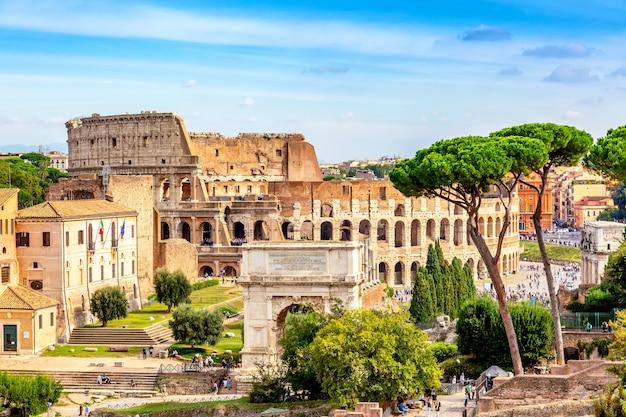 Koloseum i łuk konstantyna w rzymie, włochy