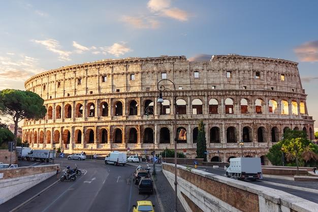 Koloseum lub amfiteatr flawiuszów w rzymie, włochy.