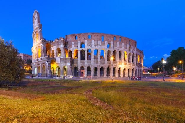 Koloseum lub koloseum podczas niebieskiej godziny, znany również jako amfiteatr flawiuszów, największy amfiteatr, jaki kiedykolwiek zbudowano, w centrum starego miasta rzymu we włoszech.