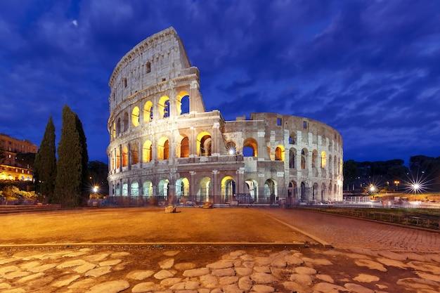 Koloseum lub koloseum w nocy, znany również jako amfiteatr flawiuszów, największy amfiteatr, jaki kiedykolwiek zbudowano, w centrum starego miasta rzym, włochy.