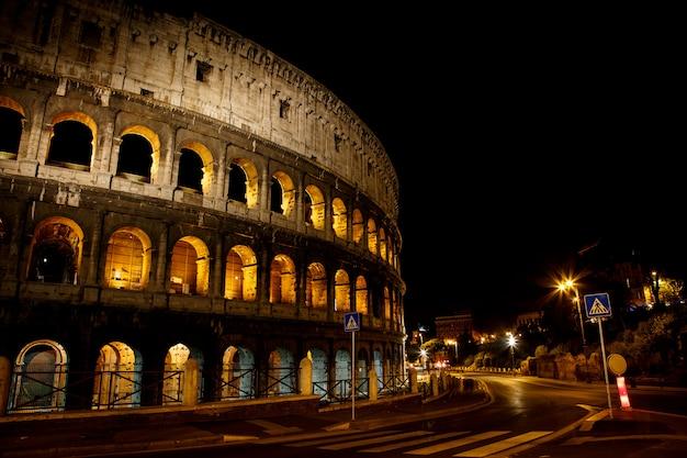 Koloseum nocą, historyczne, arena rzym włochy europa