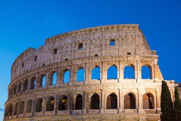Koloseum nocą w rzymie we włoszech