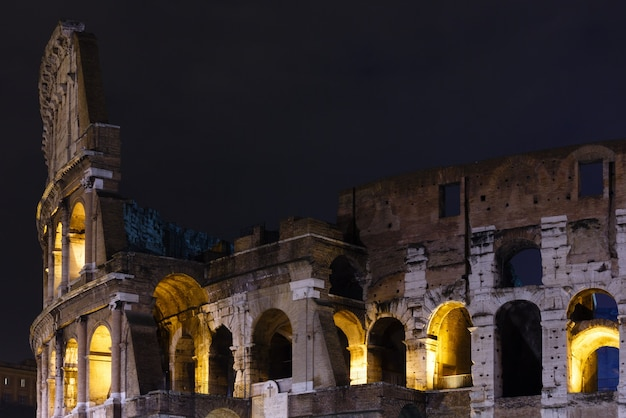 Koloseum ruiny wgląd nocy. symbol cesarskiego rzymu, włochy.