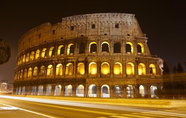 Koloseum w nocy, rzym