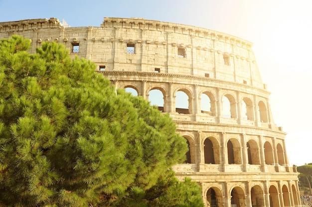 Koloseum w rzymie o zachodzie słońca, włochy, europa.