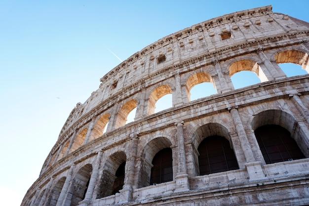 Koloseum w rzymie pod błękitnym niebem