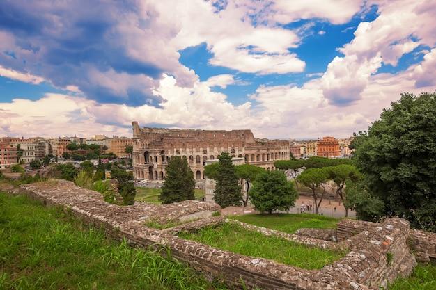 Koloseum w rzymie to jedna z głównych atrakcji turystycznych.