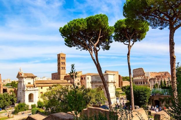 Koloseum W Rzymie, W Słoneczny Letni Dzień. światowej Sławy Punkt Orientacyjny Koloseum W Rzymie. Premium Zdjęcia