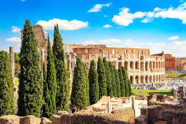 Koloseum w rzymie, w słoneczny letni dzień. światowej sławy punkt orientacyjny koloseum w rzymie.
