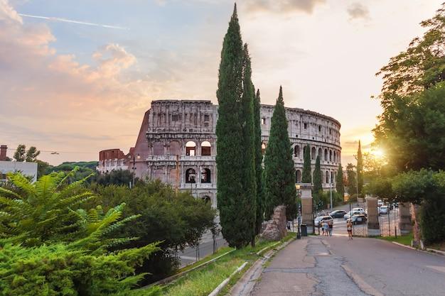 Koloseum w rzymie, widok z parku oppian hill, włochy.