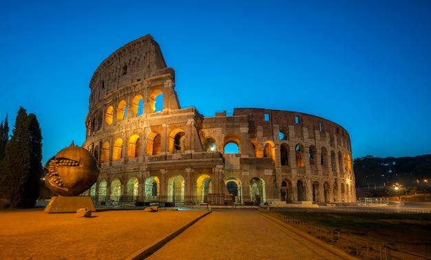 Koloseum w rzymie, włochy w nocy