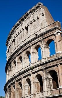 Koloseum w rzymie z błękitnym niebem, wizytówka miasta