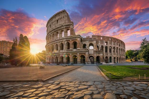 Koloseum w rzymie z porannym słońcem, włochy, europa