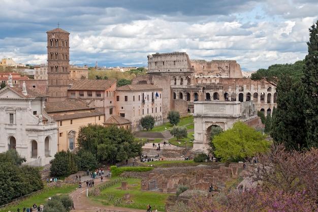 Koloseum z rzymskiego forum rzym