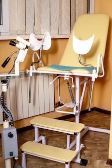 Kolposkop w gabinecie ginekologa. fotel ginekologiczny w szpitalu. kontrola stanu zdrowia