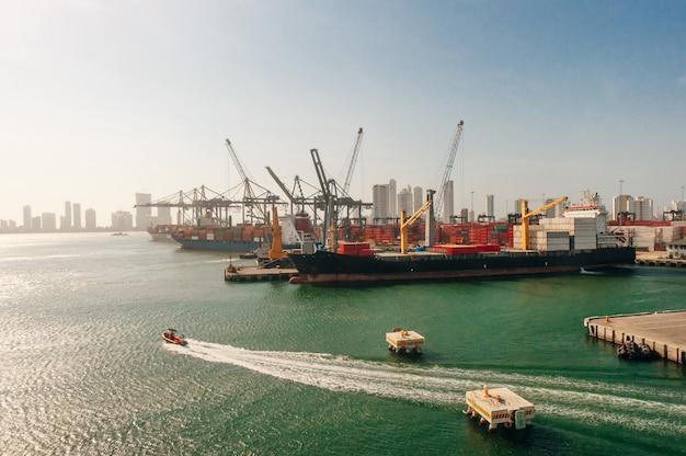 Kolumbia zamknąć widok stoczni w terminalu portowym w kartagenie