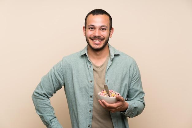 Kolumbijczyk z miską zbóż pozowanie z rękami na biodrze