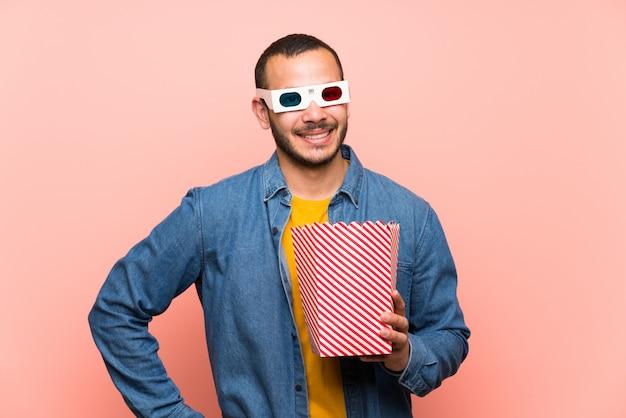 Kolumbijczyk z popcornami pozuje z rękami przy biodrem