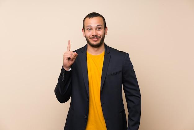 Kolumbijski mężczyzna nad odosobnionym wskazujący z palcem wskazującym świetny pomysł