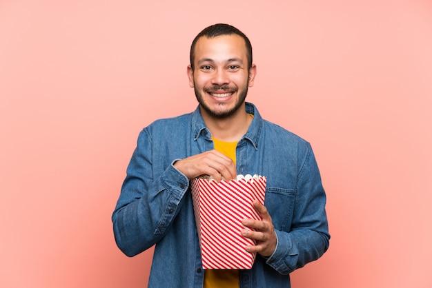 Kolumbijski mężczyzna z różowym popcornsover