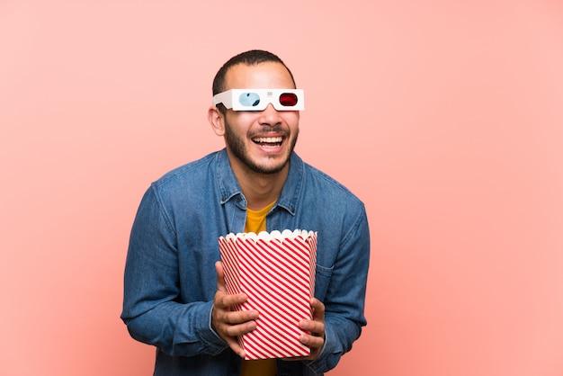 Kolumbijski mężczyzna z śmiechu popcorns