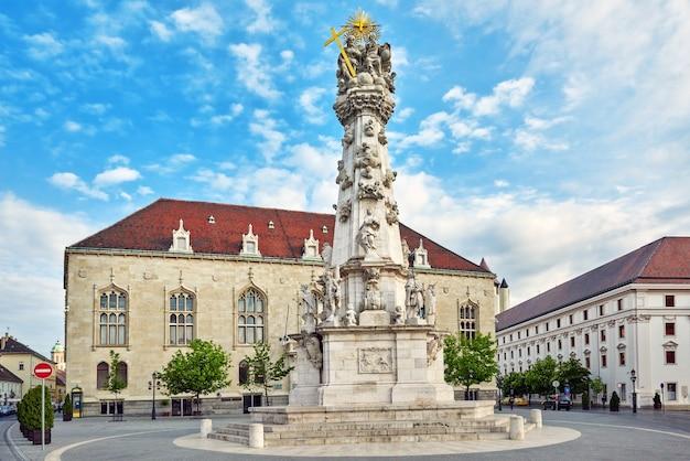 Kolumna trójcy świętej w pobliżu kościoła st.matthias w budapeszcie. jedna z głównych świątyń na węgrzech.