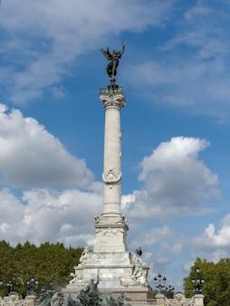 Kolumna ze statuą wolności zrywającą łańcuchy na szczycie pomnika girondins