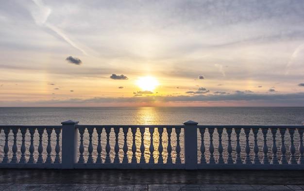 Kolumnada przy nabrzeżu na tle morza