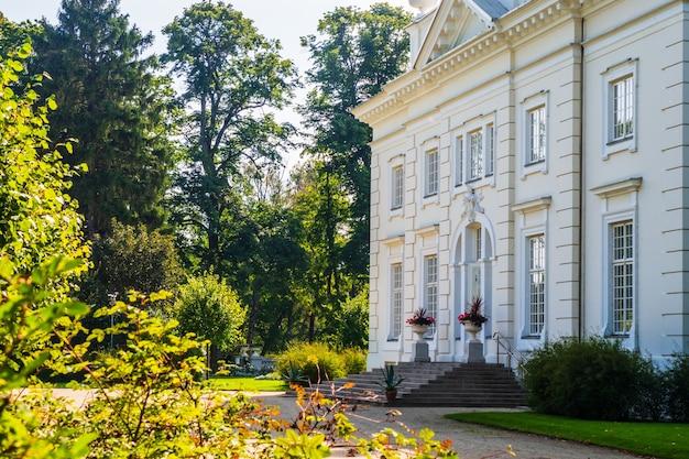 Kolumnowa rezydencja w ogrodach krajobrazowych