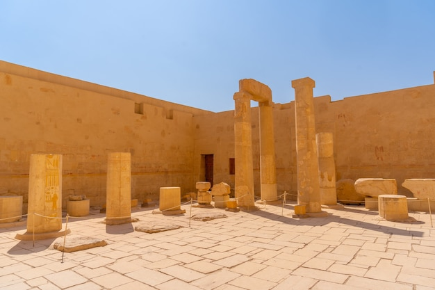 Kolumny grobowej świątyni hatszepsut w luksorze. egipt