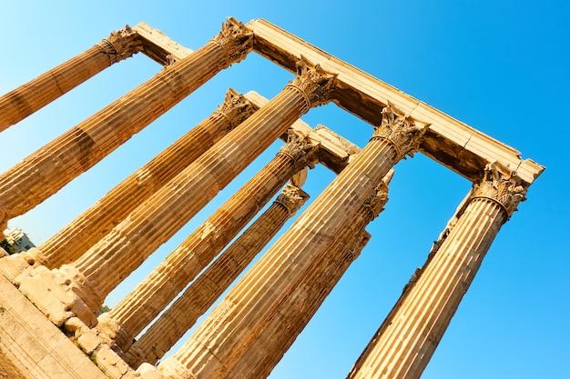 Kolumny świątyni zeusa w atenach, grecja - ujęcie pod kątem