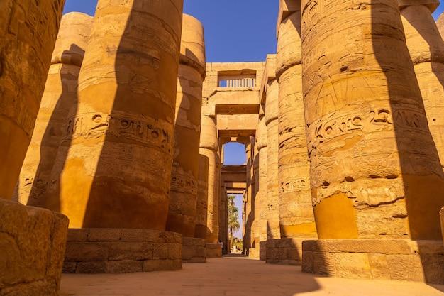 Kolumny z hieroglifami wewnątrz świątyni karnaku, wielkiego sanktuarium amona. egipt