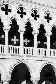 Kolumny z krzyżami palazzo ducale (pałac dożów) w wenecji, włochy. obraz czarno-biały