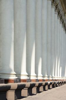 Kolumny zabytkowego budynku