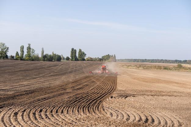 Kombajn traktorowy pracujący na polu