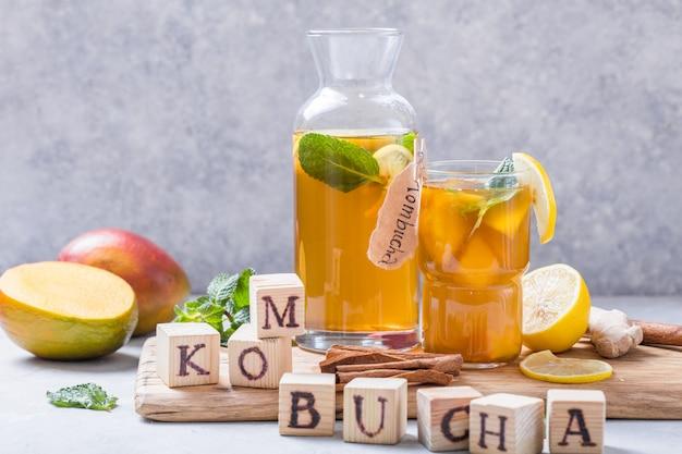 Kombucha lub napój fermentowany z cydru. napój na zimno z dobroczynnymi bakteriami, cynamonem
