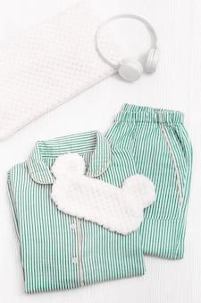 Komfortowa piżama w kolorze neo-miętowym, słuchawki, poduszka, puszysta maska na oczy do spania