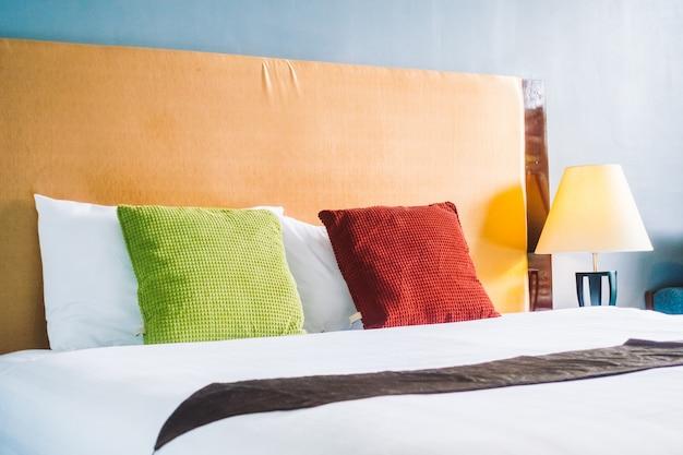 Komfortowa poduszka na wnętrzu łóżka