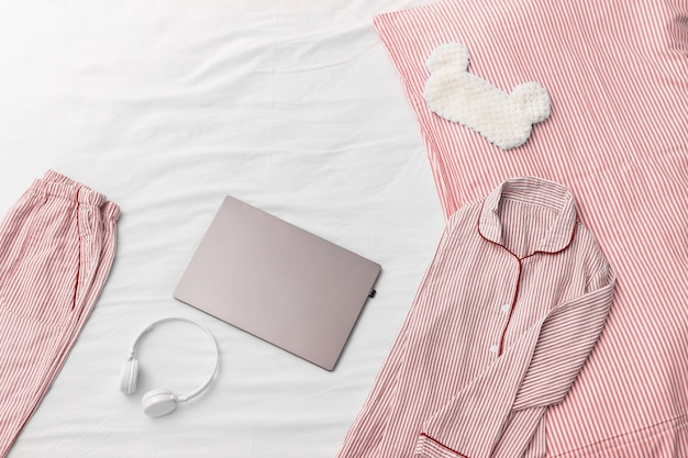 Komfortowa różowa piżama, słuchawki, poduszka, puszysta maska na oczy do spania. praca z domu.
