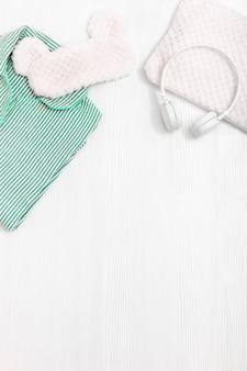 Komfortowe słuchawki piżamy w kolorze neomint z puszystą poduszką i maską do spania na oczy