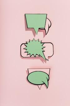 Komiks dymki na różowym tle