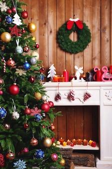 Kominek z pięknymi dekoracjami świątecznymi w pokoju