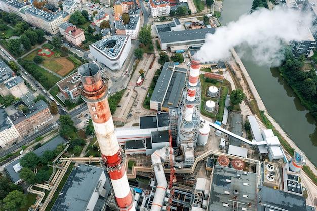 Kominy elektrociepłowni nad miastem wrocław, ekologia w mieście. polska