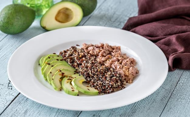 Komosa ryżowa z awokado i tuńczykiem
