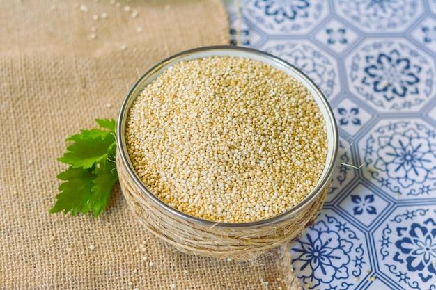 Komosa ryżowa zdrowe i naturalne jedzenie. bezglutenowe.