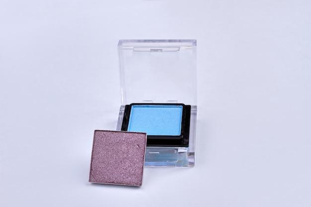 Kompaktowe cienie do powiek na białym tle. kosmetyki modowe dla kobiet.