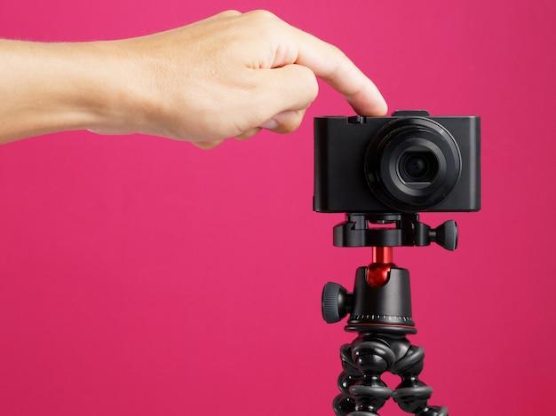 Kompaktowy aparat cyfrowy gotowy do vlogowania.