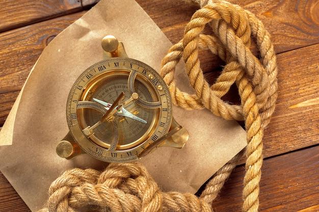 Kompas i arkana na drewnianym stole, zamykają up