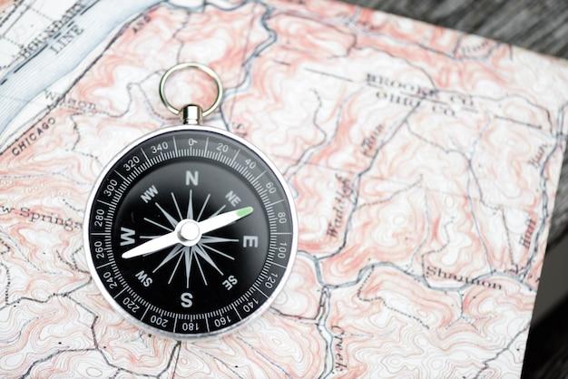 Kompas I Mapa. Koncepcja Podróży Premium Zdjęcia